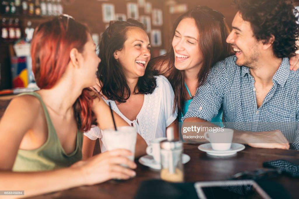 Vrienden in het café : Stockfoto