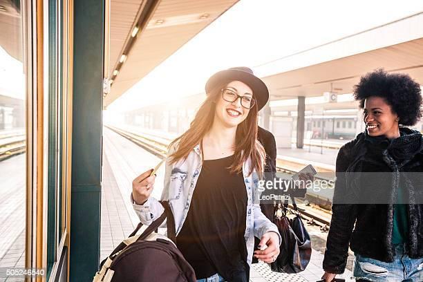 Freunde am Bahnhof Plattform, tourist und Pendler, die
