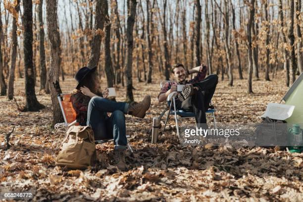 Vrienden kamperen in niet-stedelijke omgeving