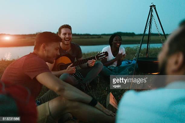 Amis ensemble du camping dans la nature