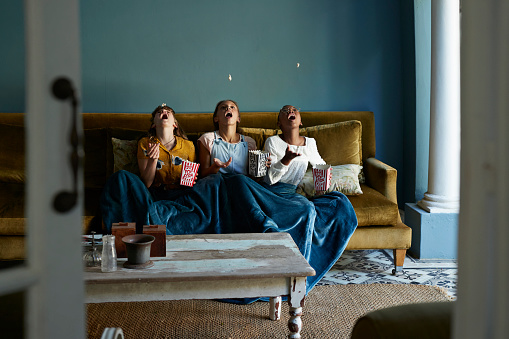 3 friends catching popcorn with the mouth - gettyimageskorea