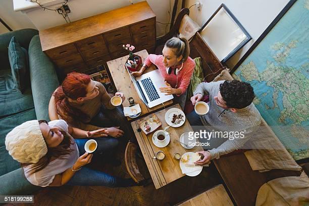 Amis se retrouver autour d'un café