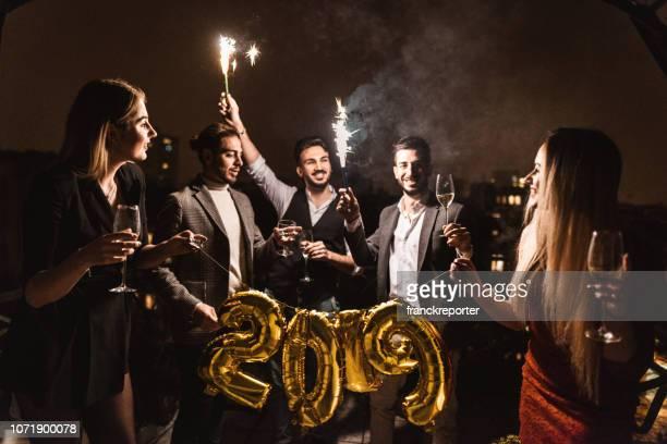 Freunde feiern das neue Jahr auf dem Dach