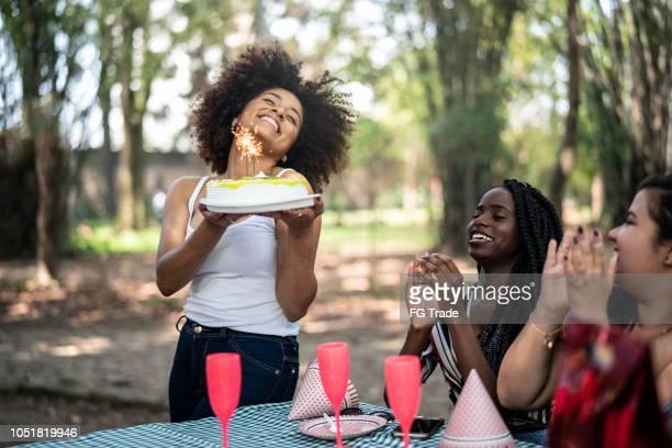 amigos comemorando uma festa de aniversário no parque - aniversário - fotografias e filmes do acervo