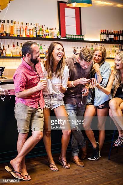 Amis célébrant lors d'une fête