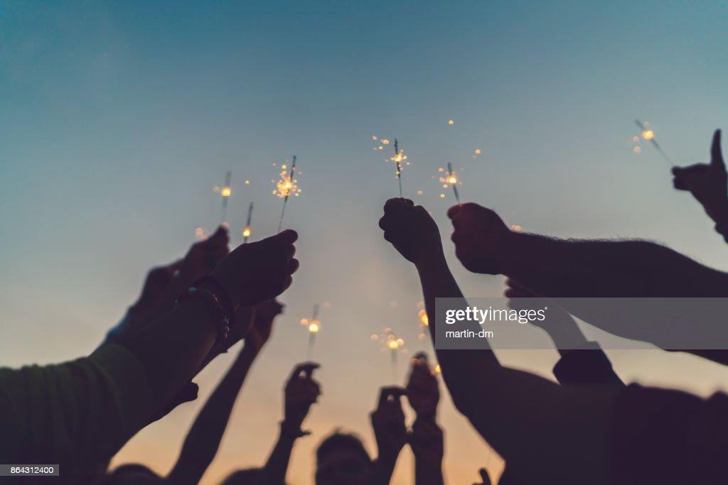 Amigos celebrando año nuevo en la azotea : Foto de stock