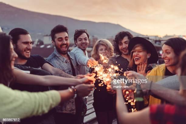 Freunde feiern Neujahr auf der Terrasse