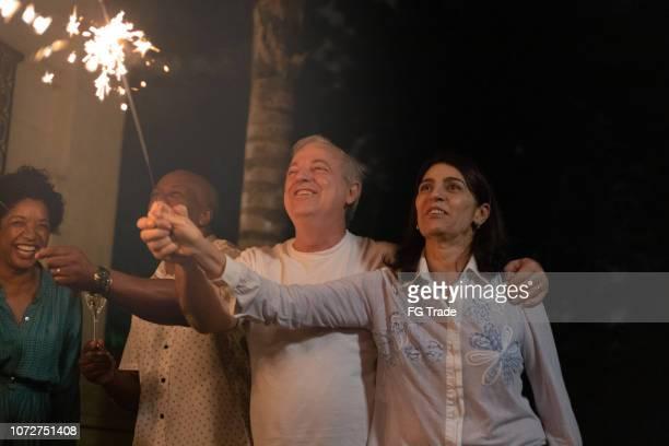 amigos, celebrando a festa de ano novo com sparkler - 2019 - fotografias e filmes do acervo