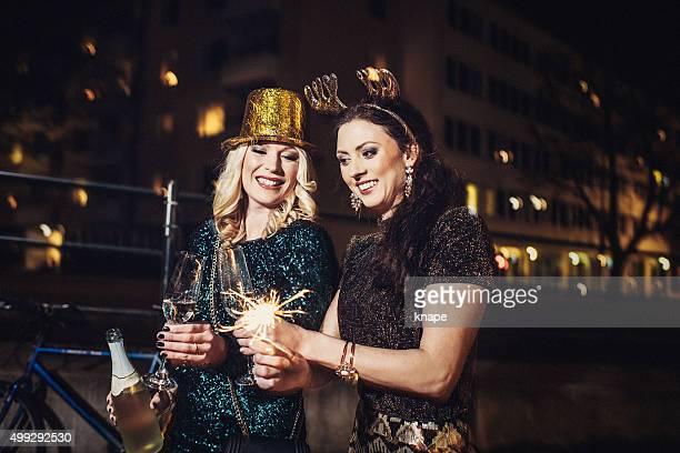 friends celebrating new years eve outdoors - 30 34 years stockfoto's en -beelden