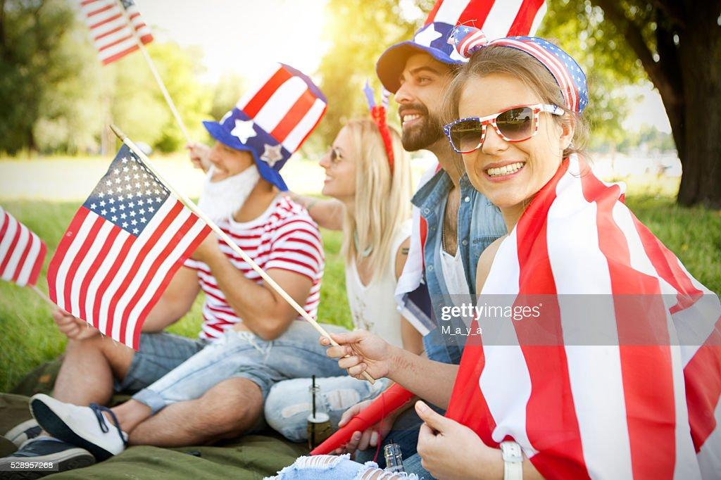 Amigos comemorando a independência dia : Foto de stock