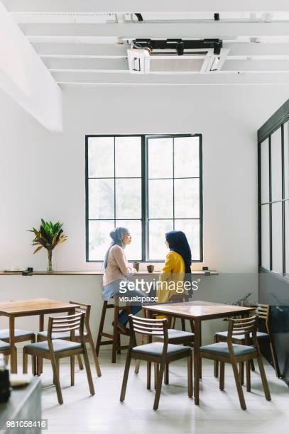 Freunde im Chat in einem Cafe