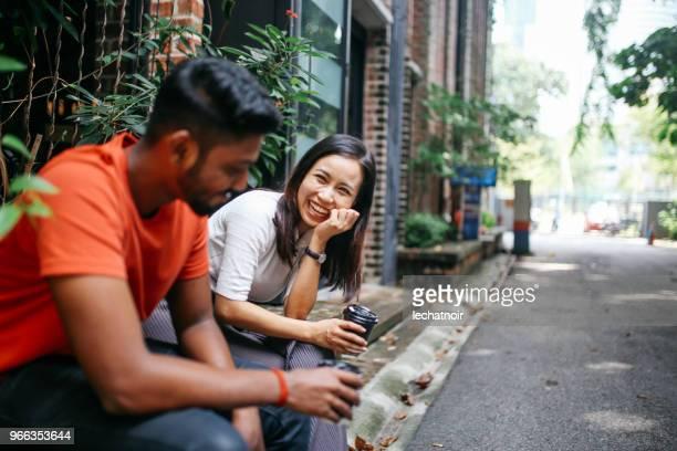 Freunde im Chat im freien in Kuala Lumpur, Malaysia