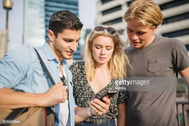 Vrienden controle kaart op slimme telefoon waar te gaan
