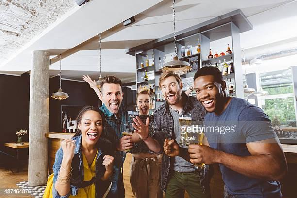 Retrouvez vos amis dans un pub, avec de la bière