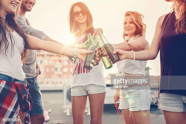 Prost mit Freunden ein Bier auf einer Partei