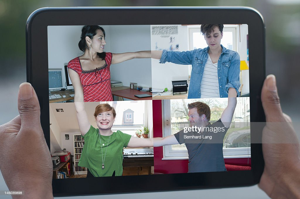4 friends connecting online, displayed on tablet : Foto de stock