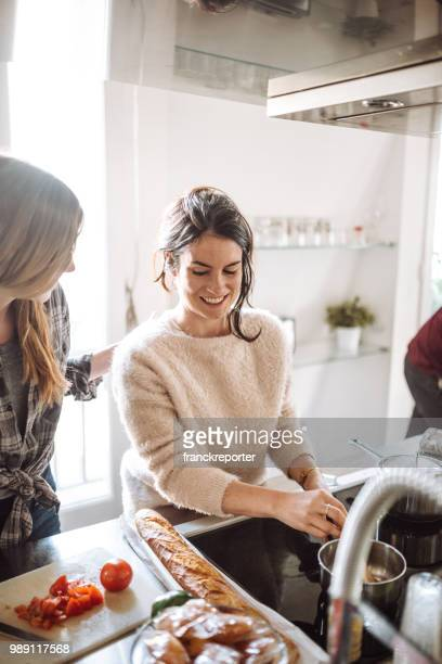 vänner matlagning tillsammans hemma - cleaning after party bildbanksfoton och bilder