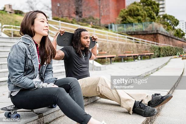 Amis couple relaxant après avoir passé Patinage