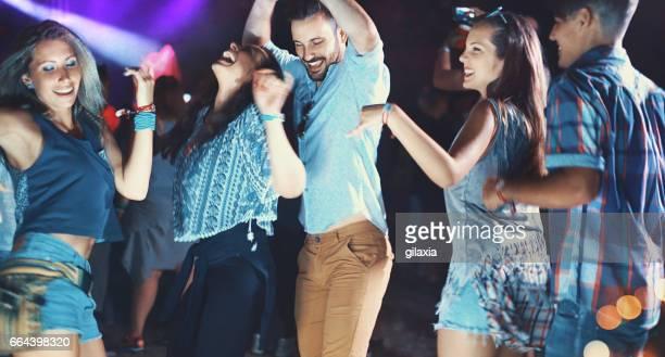 Freunde auf einer Party tanzen.