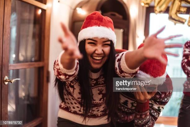 amigos bailando en casa para navidad - new jersey fotografías e imágenes de stock
