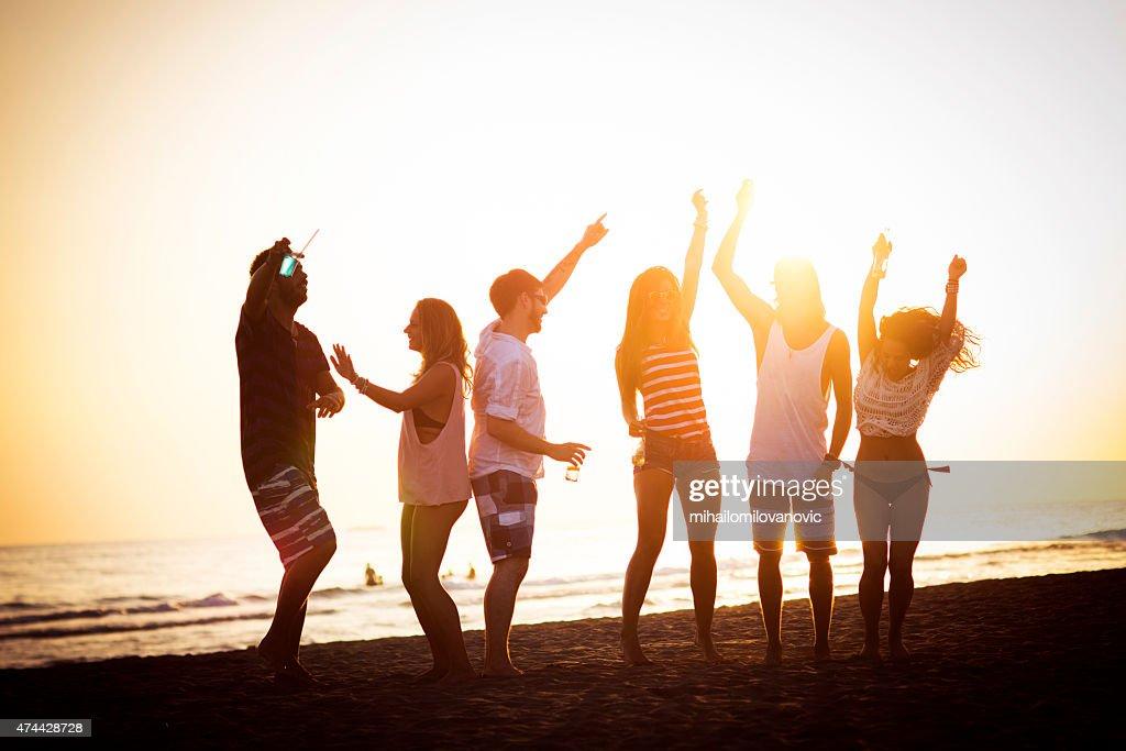 Freunde, Tanzen am Strand : Stock-Foto