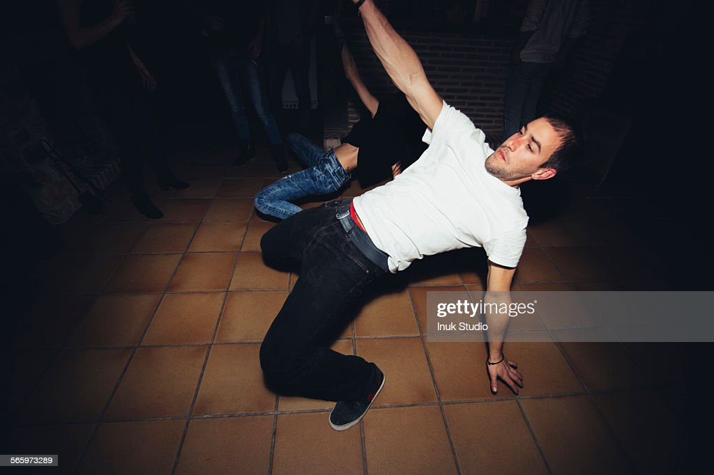 Friends dancing in nightclub : Foto de stock