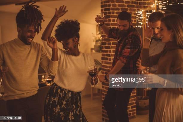 amigos dançando na festa de ano novo - grupo pequeno de pessoas - fotografias e filmes do acervo