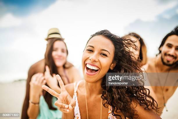 Amigos bailando en la playa para una fiesta