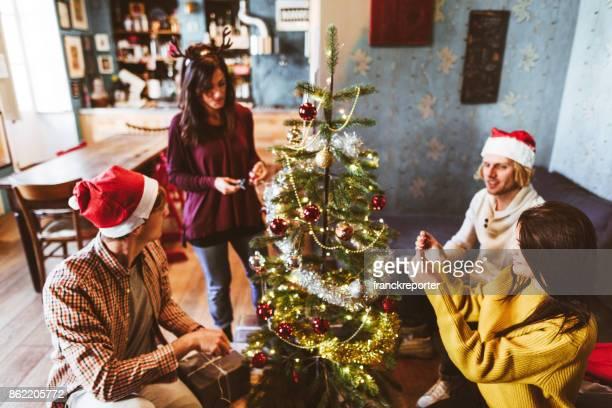 vrienden versieren alle Afferden de kerstboom