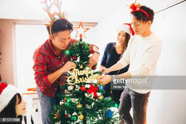 クリスマス ツリーを飾る友人