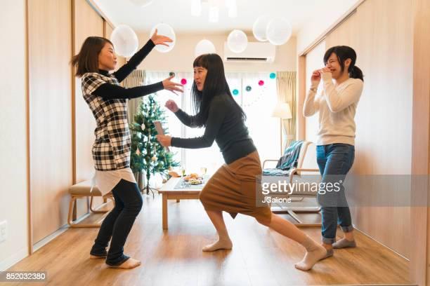 友人の家でクリスマスにカラオケを一緒にやって