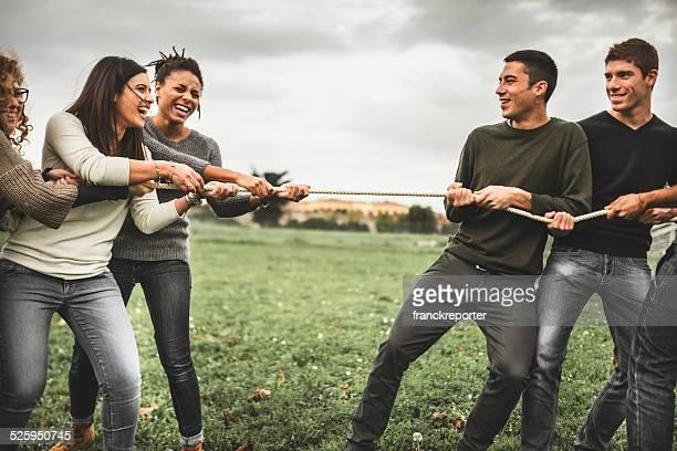 Freunde, die das Tauziehen-teamwork