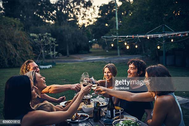 friends don't let friends drink wine alone - weekend activiteiten stockfoto's en -beelden