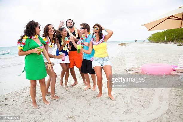 Amigos beber e dançar na Festa na praia