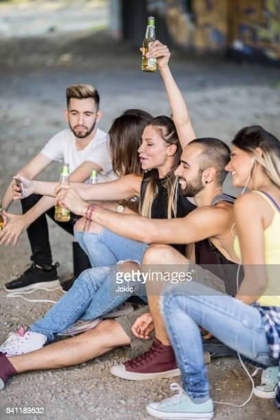 Amis, boire et prendre selfie