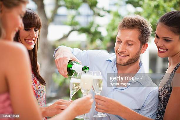 Freunde trinken Champagner zusammen