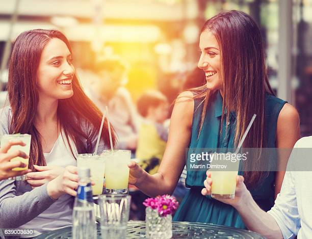 Freunde trinken cocktails zusammen