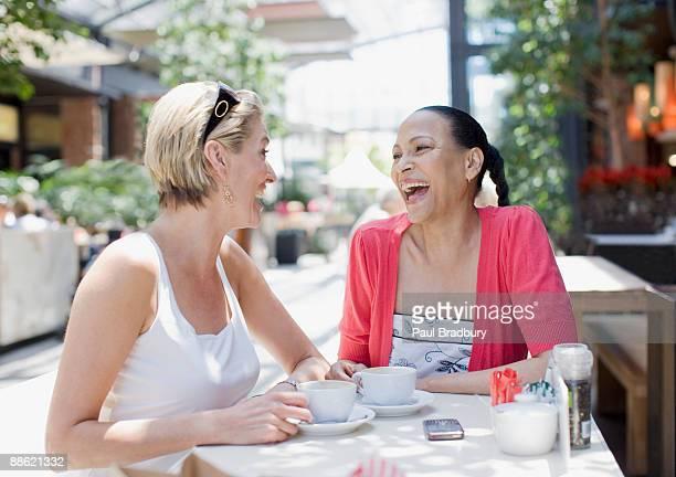 Freunde trinken Kaffee im Café