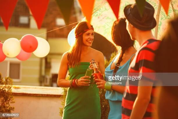 Vrienden drinken buiten op stedelijke dak partij