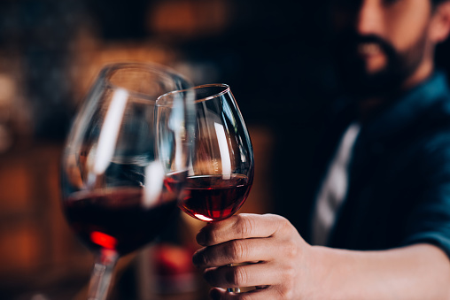 friends drinking red wine 953907054