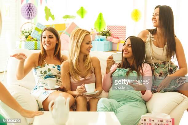 Amigos beber chá na Chuveiro de bebé partido