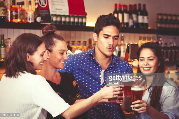 Freunde, die zusammen in der Kneipe trinken