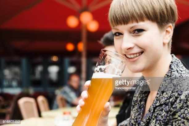 Freunde trinken Zweisamkeit für das Oktoberfest in berlin