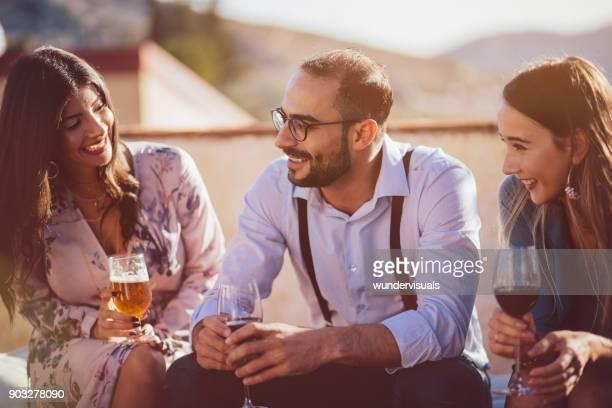 Freunde, trinken Wein und Bier am rustikalen Hütte-Dorffest