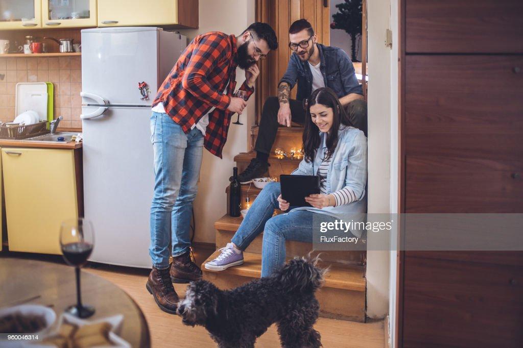 Freunde, trinken Wein zu Hause und kümmert sich um den Hund : Stock-Foto