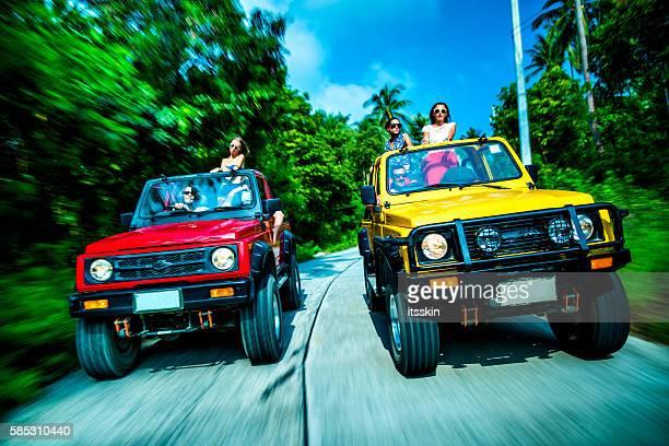 amigos en automóvil, 4 x 4 de coches por la calle - ko samui fotografías e imágenes de stock