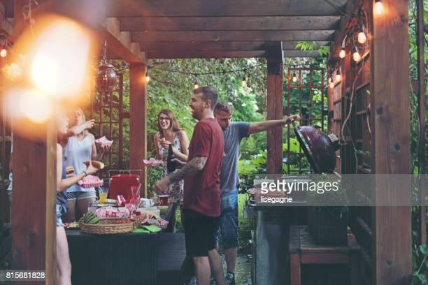 amis au cours d'une journée d'été - pergola photos et images de collection