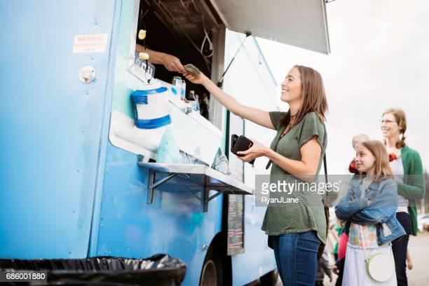 Essen im Food Truck Freunde