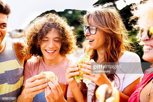 Amigos comiendo hamburguesas