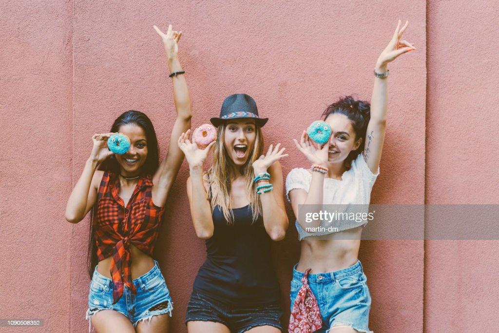 Freunde Essen donuts : Stock-Foto